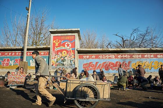 영화 '공작'에서 북한의 현실을 신랄하게 보여주는 대표적 장소인 평안북도 영변군 구룡강 장마당으로 등장한 DB메탈 사택. [사진 동해시]