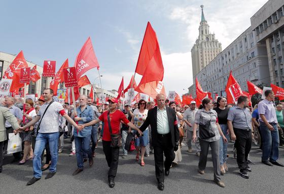지난달 28일 러시아 모스크바에서 연금법 개정에 반대하는 시위가 열리고 있다. [EPA=연합뉴스]