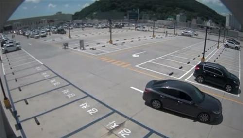 A(36)씨가 범행을 위해 자신의 차를 타고 김해시 한 마트 지상 주차장에서 지하 주차장으로 향하고 있다. [경남 경찰 제공=연합뉴스]