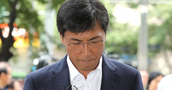 비서를 성폭행한 혐의를 받고 있는 안희정 전 충남지사가 14일 오전 서울 마포구 서부지방법원에서 열린 선고 공판에 출석하고 있다. 안 전 지사는 이날 1심에서 무죄를 선고 받았다. [뉴스1]