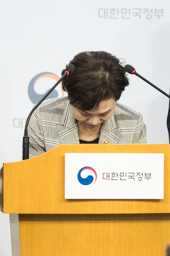 김현미 국토교통부 장관이 14일 BMW 차량 운행정지 결정 관련 담화문을 발표했다. [중앙포토]
