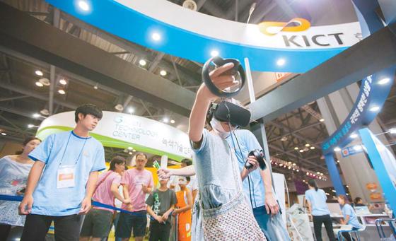 대한민국창의과학축전에서 가상현실(VR) 기기를 체험하고 있는 방문객