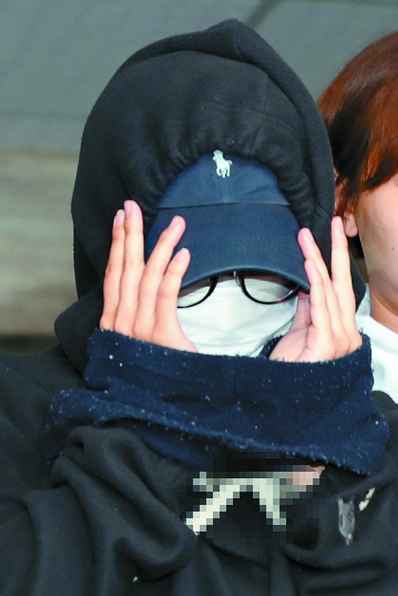 '홍대 몰카' 가해자인 안모(25)씨가 지난 5월 12일 영장심사를 받기 위해 서울 마포경찰서에서 나와 서부지방법원으로 이동하고 있다. 안씨는 13일 1심 판결에서 '징역 10월'을 선고받았다. [연합뉴스]
