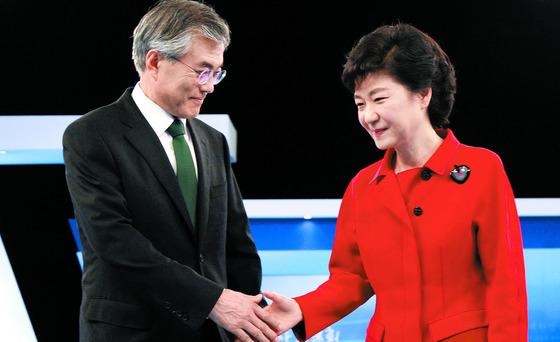 2012년 18대 대선 후보 TV토론에 참석한 문재인 당시 민주통합당 후보(왼쪽)와 박근혜 당시 새누리당 후보. [중앙포토]