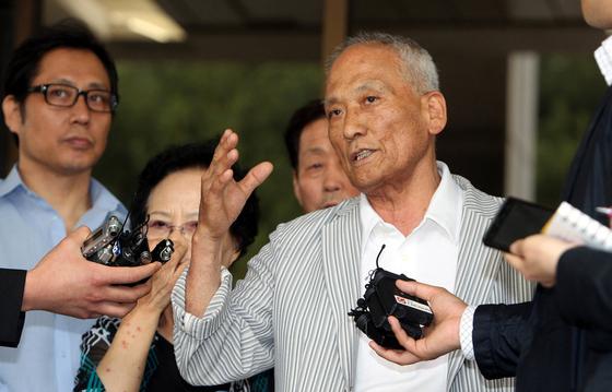 강제징용 피해자들이 2012년 5월 대법원에서 첫 승소 판결을 받은 뒤 기자회견을 하고 있다. [연합뉴스]