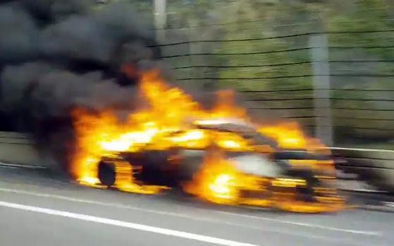 양양고속도로 달리다 불 난 BMW. [중앙포토]