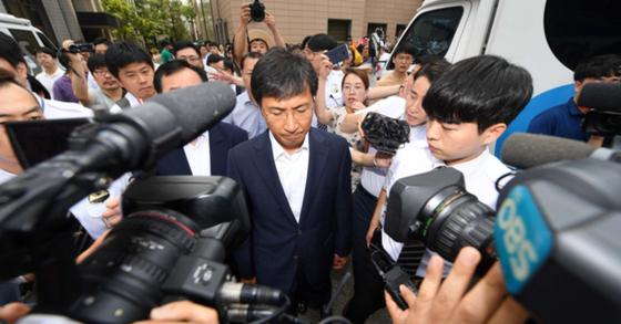 비서를 성폭행한 혐의를 받고 있는 안희정 전 충남지사가 14일 서울서부지법에서 열린 1심 선고 공판을 마친 뒤 법원을 나서고 있다. 안 전 지사는 이날 무죄를 선고받았다. 변선구 기자