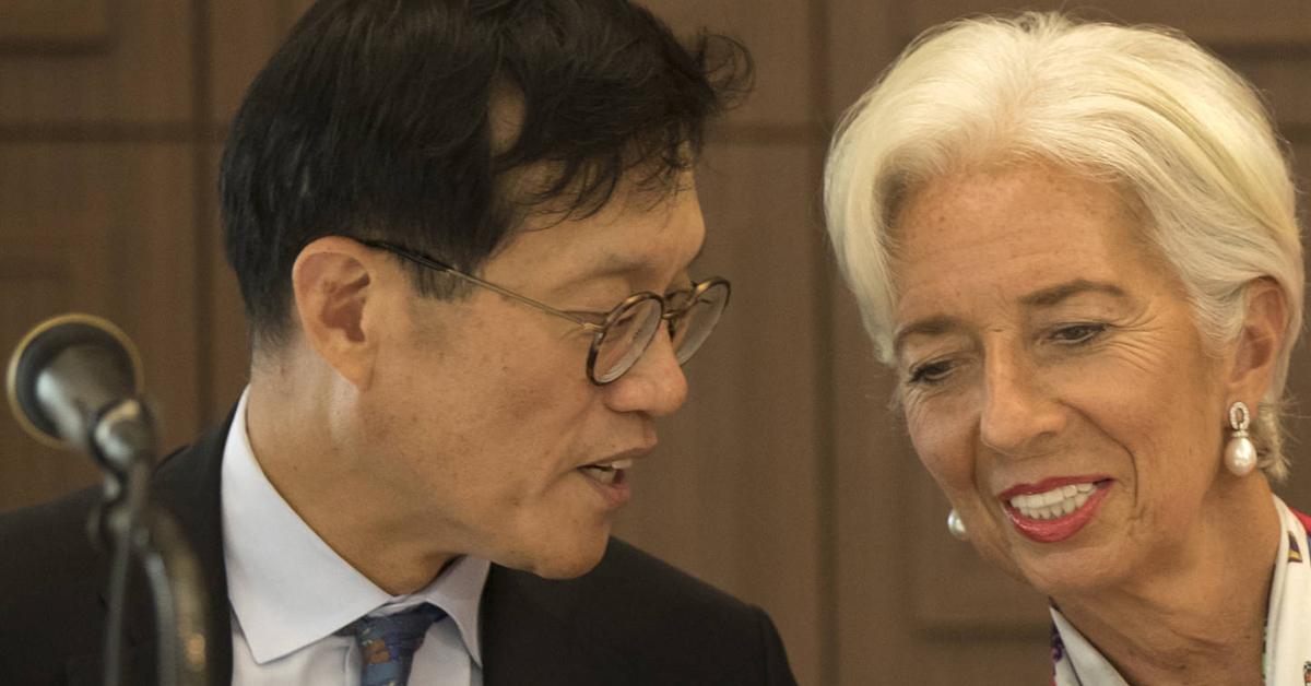 지난해 9월 크리스틴 라가르드 국제통화기금(IMF) 총재와 대화하는 이창용 IMF국장. [연합뉴스]