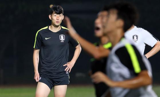 13일 오후 인도네시아 자와바랏주 반둥의 반둥공과대학(ITB)에서 2018 자카르타-팔렘방 아시안게임에 출전하는 한국 U-23 축구대표팀 손흥민이 선수들을 바라보고 있다. 이날 대표팀에 합류한 손흥민은 회복훈련을 실시했다. [연합뉴스]