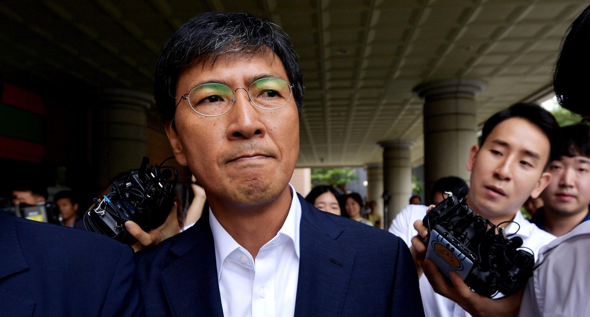 안희정 전 충남도지사가 14일 서울 서부지법에서 열린 1심 선고를 마치고 법정을 나서고 있다. 변선구 기자