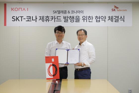 SKT MNO사업부 양맹석 그룹장(左)과 코나아이 손재환 사장(右)이 협약서에 사인 후 기념촬영을 하고 있다.
