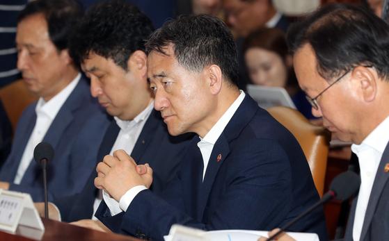 박능후 보건복지부 장관이 13일 혁신성장 관계장관회의에서 김동연 부총리 발언을 듣고 있다. [변선구 기자]