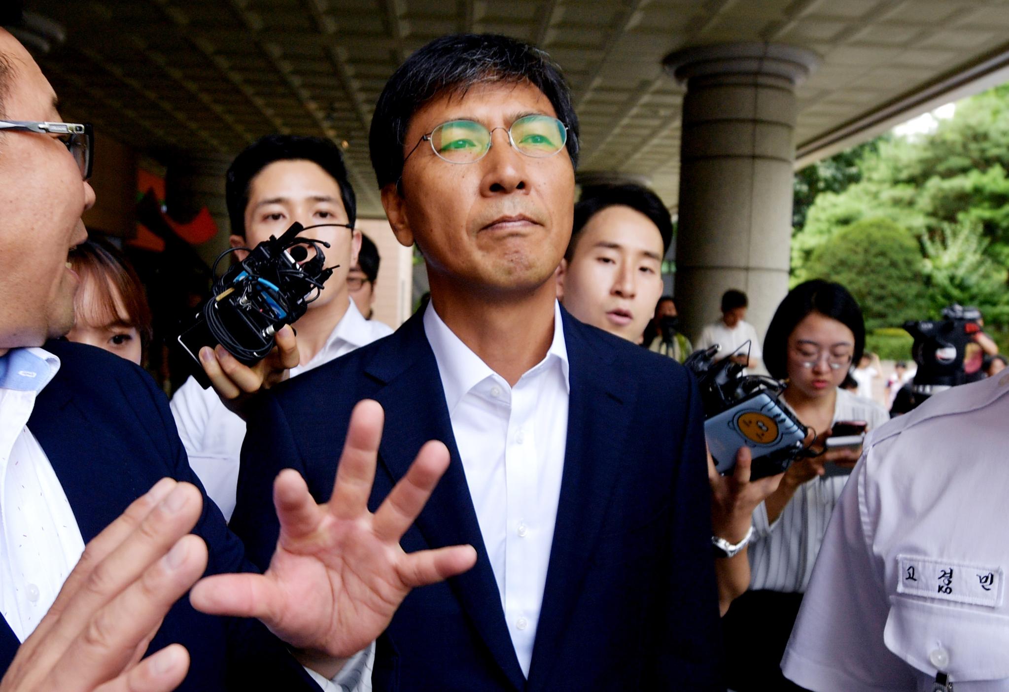 비서를 성폭행한 혐의를 받고 있는 안희정 전 충남지사가 14일 오전 서울 마포구 서부지방법원에서 열린 1심 선고 공판에서 무죄를 선고 받은뒤 법원을 나서고 있다. [뉴스1]