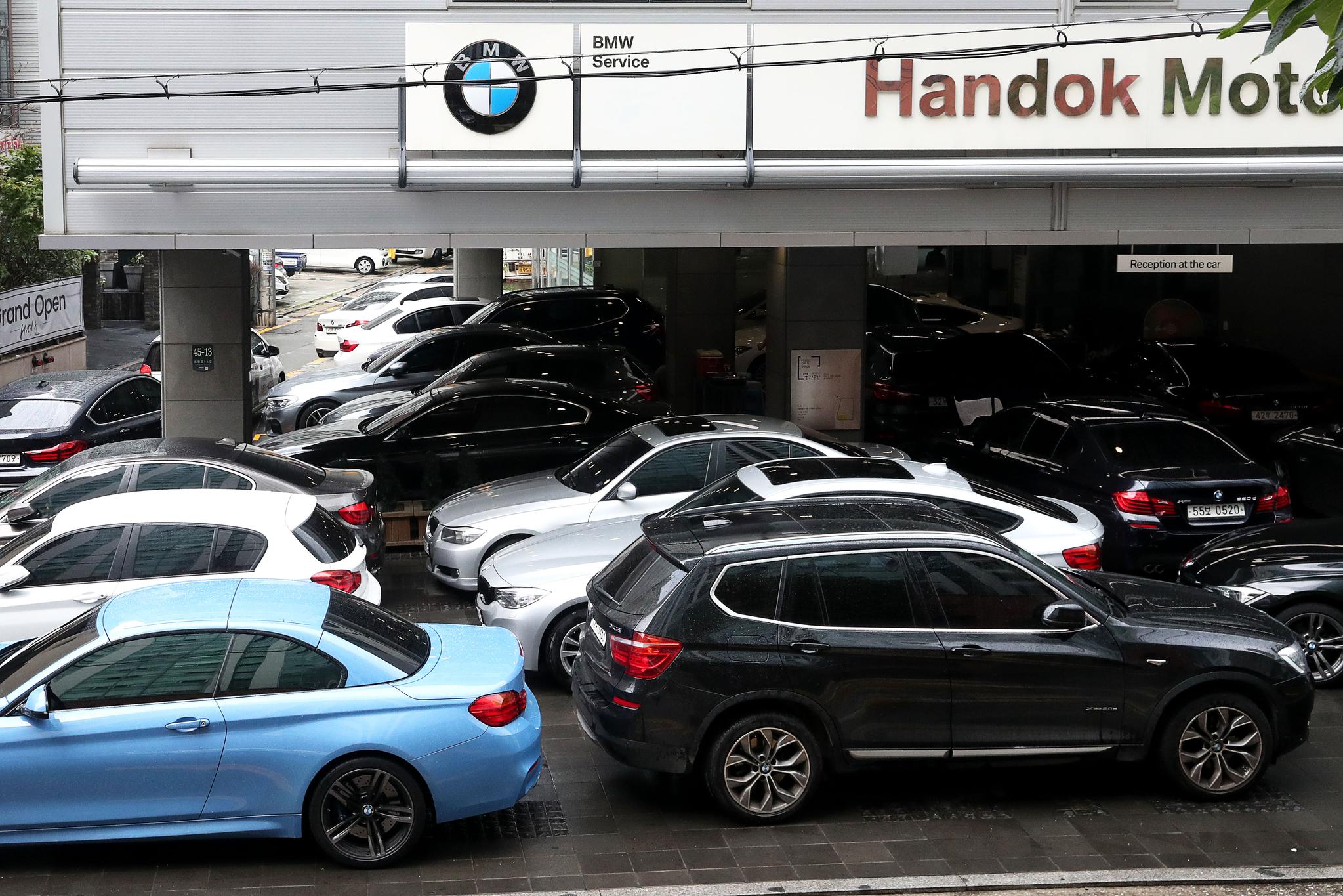 9일 서울 서초구에 위치한 한 BMW 서비스센터가 안전점검을 받으려는 차량들로 붐비고 있다. 장진영 기자