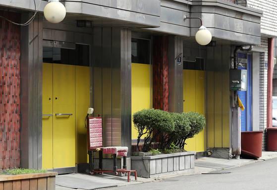 인천의 유일한 집창촌인 인천시 남구 숭의동 '옐로하우스' 내 한 점포에 적막감이 감돌고 있다. 옐로하우스는 이 지역에 진행되는 숭의1구역 도시환경정비지구 사업에 따라 이르면 연내 문을 닫을 전망이다. [연합뉴스]