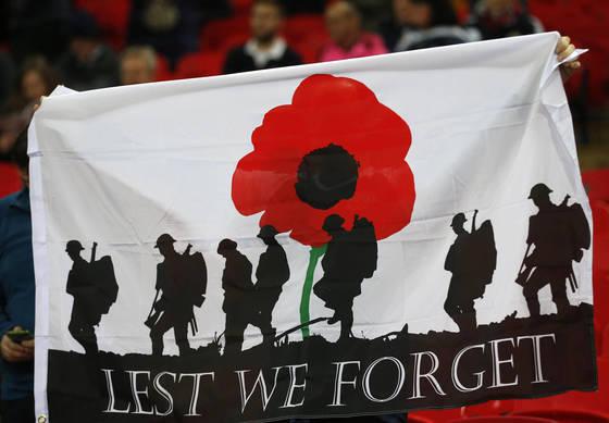 2016년 11월 11일 영국 웹블리 스타디움에서 열린 2018년 월드컵 예선 잉글랜드와 스코틀랜드와의 경기. 한 관중이 제1,2차 세계대전에서 희생된 군인들을 추모하는 플래카드를 들고 있다. [연합뉴스]