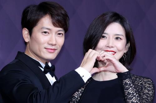"""배우 지성과 이보영 부부가 둘째 아이를 가졌다. 이보영 소속사 플라이업엔터테인먼트는 15일 '이보영이 둘째를 임신했다. 임신 초기 단계""""라고 밝혔다. [연합뉴스]"""