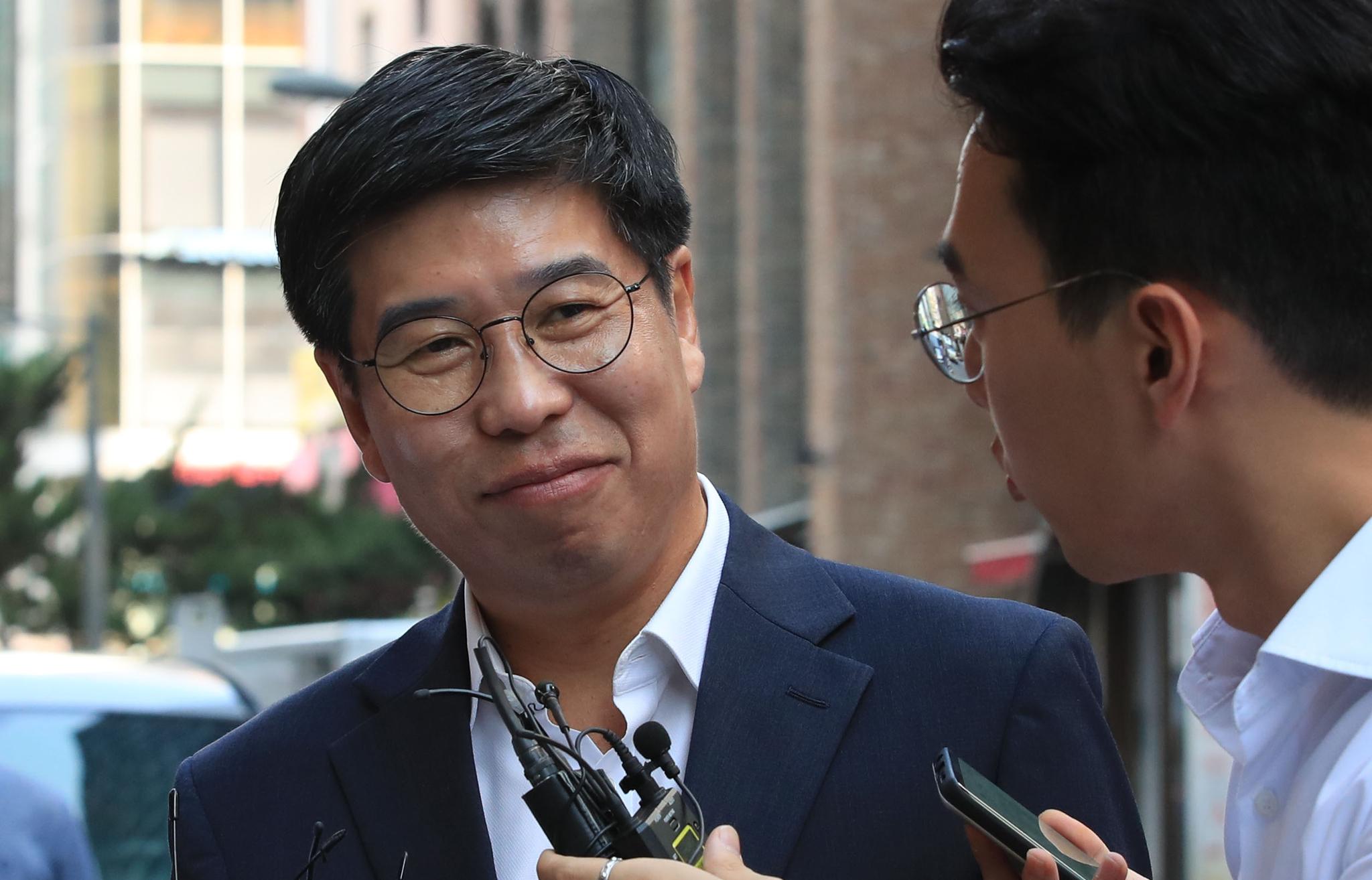 백원우 청와대 민정비서관이 15일 오전 서울 강남구 특검 사무실로 향하고 있다. . [연합뉴스]