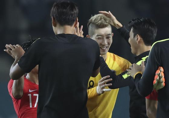 아시안게임 축구대표팀 수문장 조현우가 바레인전 직후 동료들과 승리의 기쁨을 나누고 있다. [연합뉴스]