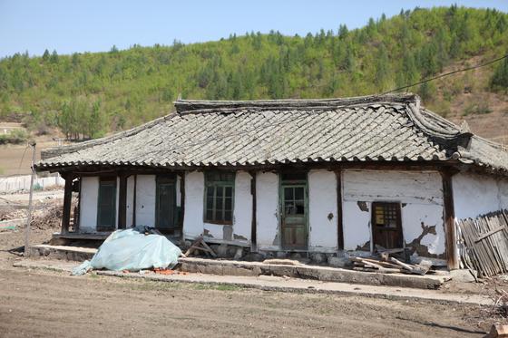 중국 지린성 룽징시에 있는 규암 김약연 선생의 가옥. 100년 넘은 가옥이지만 비교적 원형이 잘 보존돼 있다. 1908년 설립된 명동학교 부속 건물로 쓰였다고 한다. [사진 한신대]