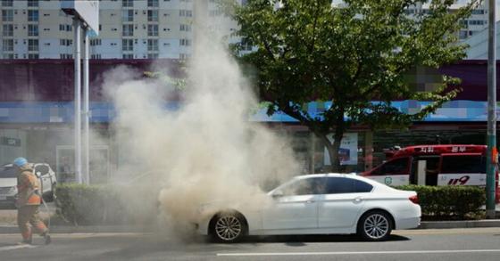 지난 11일 인천 항동의 한 운전학원 주차장에 세워져 있던 BMW 120d 차량에 화재가 발생해 연기가 치솟고 있다. [연합뉴스]