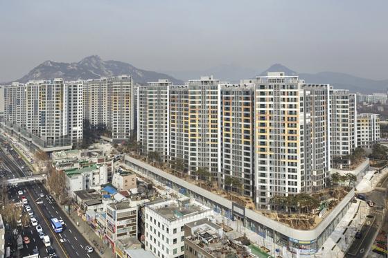 희소가치 등으로 서울 새 아파트에 주택수요가 몰리고 있다. 사진은 지난해 입주해 소형 아파트가 10억원을 돌파한 종로구 교남동 경희궁자이.