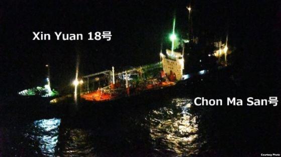북한 유조선 천마산 호와 몰디브 선적 유조 신유안 18호가 중국 상하이 해상에서 야간에 불을 켠 채 나란히 마주 댄 모습. 일본 해상자위대 P-3C 초계기가 촬영했다. [사진 일본 방위성]