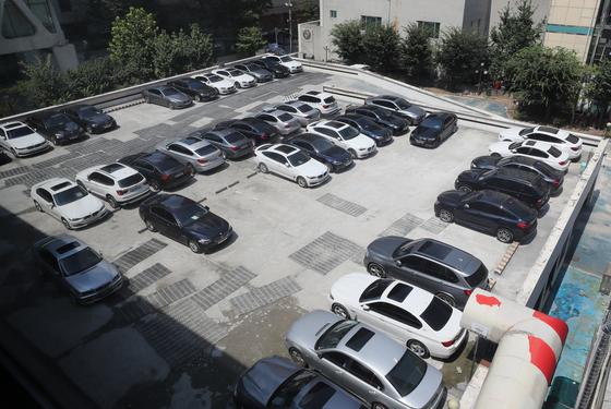 안전진단을 받지 않은 BMW 차량에 대한 운행정지명령을 앞둔 15일 오후 서울 시내 한 사설 주차장에 진단을 받기 위한 BMW 차량이 주차돼 있다.[연합뉴스]