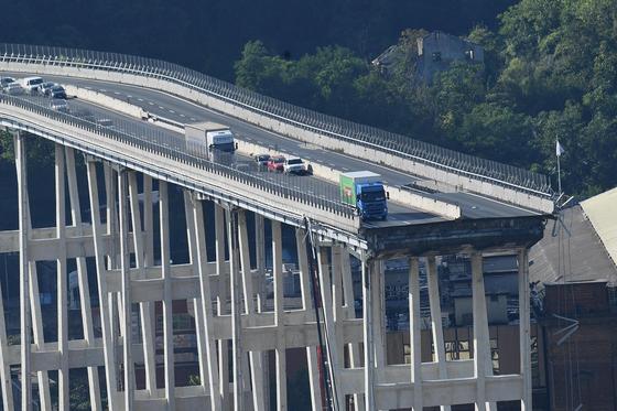 이탈리아 제노바 인근에서 붕괴된 다리에 가까스로 멈춰선 차량들 [EPA=연합뉴스]