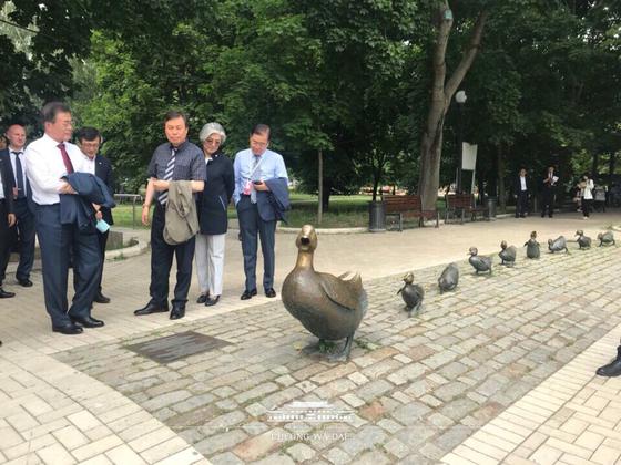청와대가 6월 25일 페이스북을 통해 문재인 대통령의 러시아 국빈방문 중 찍은 'B컷'을 공개했다. 문재인 대통령과 수행단이 오리 동상을 구경하고 있다. [사진=청와대 제공]