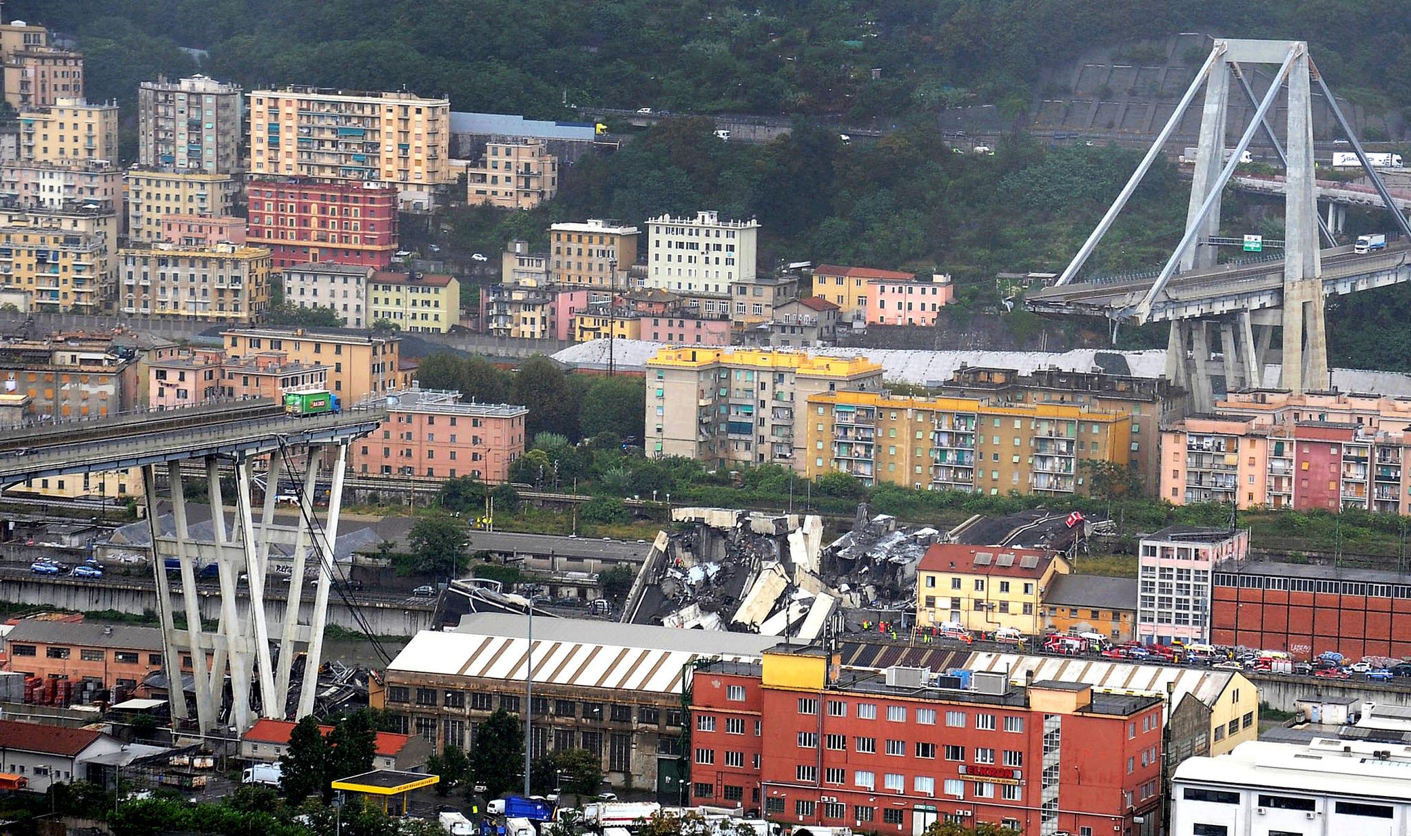 이탈리아 제노바A10 고속도로의 모란디 교량이 14일 무너지면서 30여대의 차량이 추락, 수십명의 사상자가 발생했다. 이 다리는 1967년 완공됐다.[로이터=연합뉴스]