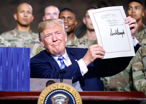 트럼프 국방수권법안 서명 ... 주한미군 감축 제한