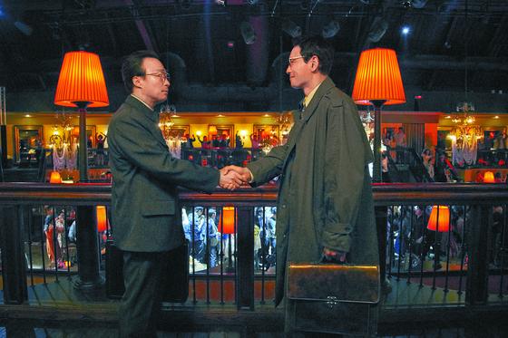 8일 개봉한 영화 '공작'은 13일 기준 누적 관객수 230만명을 돌파했다. 해외사업가로 위장해 북한 고위층에 접근하는 '흑금성' 내용이 주를 이룬다. [사진제공 CJ엔터테인먼트]