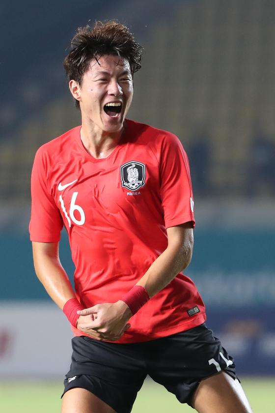 황의조가 15일 오후 인도네시아 반둥에서 열린 2018 자카르타·팔렘방 아시안게임 U-23 남자축구 대한민국과 바레인의 조별리그 1차전에서 해트트릭을 기록한 후 세리머니를 하고 있다. [뉴스1]