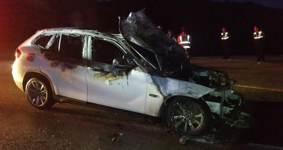 """15일 오전 전북 임실군 오궁리 도로를 달리던 BMW 차량에서 또 화재가 발생했다. 이 차량은 2012년식 BMW X1 차량으로, 최근 발생한 화재로 인한 리콜 대상이 아닌 것으로 확인됐다. 운전자는 '차량이 덜컹거려 정차했는데 보닛을 열자 연기가 새어나오며 화재가 발생했다""""고 말했다. [연합뉴스]"""