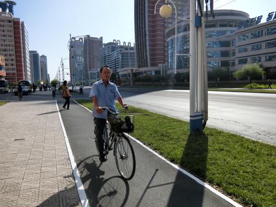 새로 조성된 가학자 거리를 평양 주민이 자전거를 타고 이동하고 있다. 평양=이정민 기자