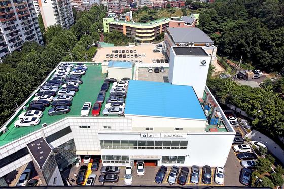 14일 오후 서울 성산BMW 서비스센터에 안전진단을 맡긴 BMW 차량들이 센터 주차장은 물론 뒤쪽 인근 초등학교 운동장까지 주차돼 있다. 오종택 기자