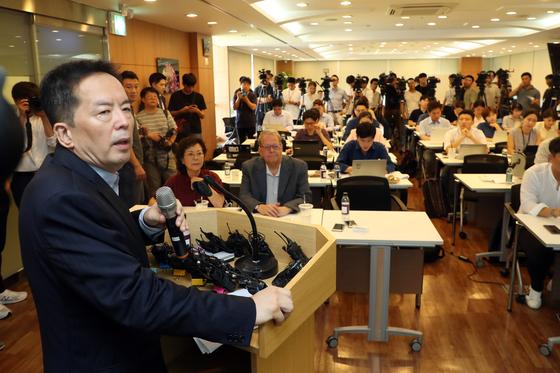 BMW 피해자 모임의 법률대리인 하종선 변호사가 16일 서울 강남구 법무법인 바른에서 기자회견을 하고 있다. [중앙포토]