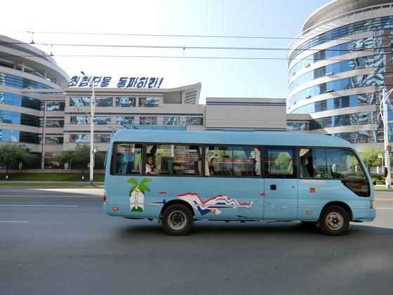 버스들의 도색을 다시한 모습도 눈에 띈다. 평양=이정민 기자