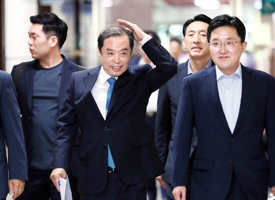 자유한국당 김병준 비상대책위원장(앞줄 왼쪽)과 비상대책위원회 관계자들이 16일 오전 국회에서 열린 비상대책회의에 참석하기 위해 걸어오고 있다 .임현동 기자