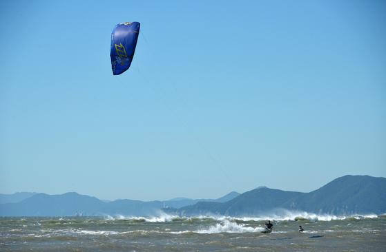 6m 높이까지 점프할 수 있는 익스트림 레포츠, 카이트 서핑. [사진 부산관광공사]