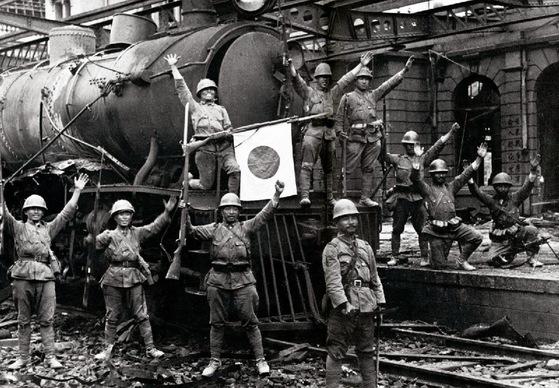 1931년 9월 19일 새벽 일본 관동군이 일방적으로 장쉐량 군을 공격해서 봉천성을 장악한 뒤 환호하는 모습. 만주사변의 출발점이 된 이 사건 이후 조선은행은 만주에서 군자금을 취급하면서 영업이익을 늘릴 수 있었다. 그리고 1925년 이후 계속되었던 긴축경영에서 벗어났다.