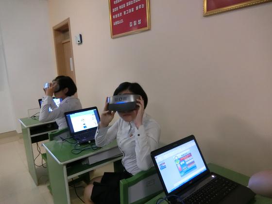 평양교원대학 학생들이 VR을 이용한 수업을 진행하고 있다. 평양=이정민 기자