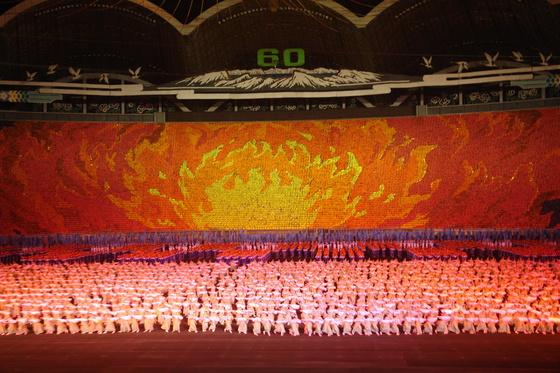 북한이 2008년 8월 정권 수립 60주년을 기념해 평양 능라도 경기장에서 진행했던 예술공연 '아리랑'.[중앙포토]