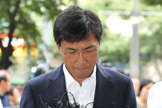 비서를 성폭행한 혐의를 받고 있는 안희정 전 충남지사가 지난 14일 오전 서울 마포구 서부지방법원에서 열린 선고 공판에 출석하는 모습. [뉴스1]