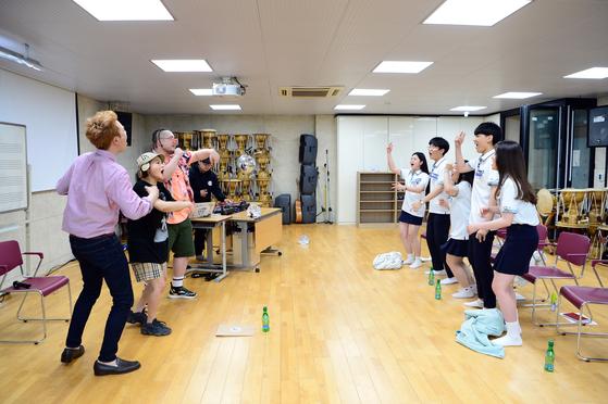 16일 첫 방송되는 SBS '방과 후 힙합'은 래퍼들이 직접 학교로 찾아가 학생들에게 힙합을 가르친다. 학생들은 랩을 통해 속 이야기를 풀어낸다. 이처럼 10대를 겨냥한 프로그램이 잇따라 편성되고 있다. [사진 SBS]