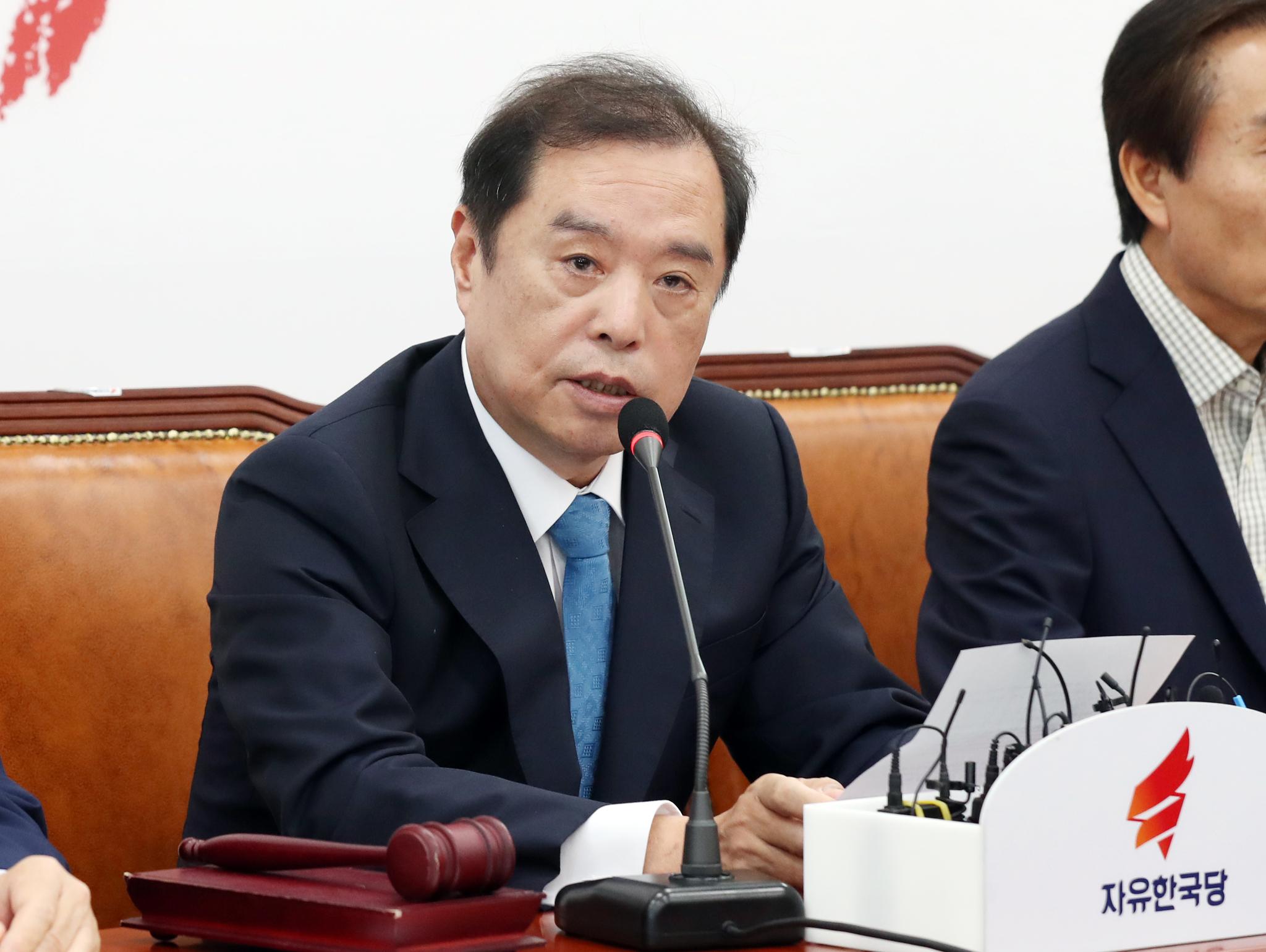 자유한국당 김병준 비상대책위원장이 16일 오전 국회에서 열린 비상대책회의에서 발언을 하고 있다. 임현동 기자