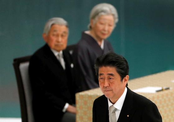 15일(현지시간) 일본 도쿄 부도칸에서 열린 전몰자 추도식에 참석한 아키히토 일왕 부부(뒷줄)가 아베 총리를 바라보고 있다. [로이터=연합뉴스]
