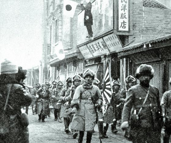하얼빈에 입성하는 일본군. 관동군은 와카쓰키 내각의 확전불가 방침을 비웃듯 하얼빈에 입성했다. [사진제공=사진가 권태균]