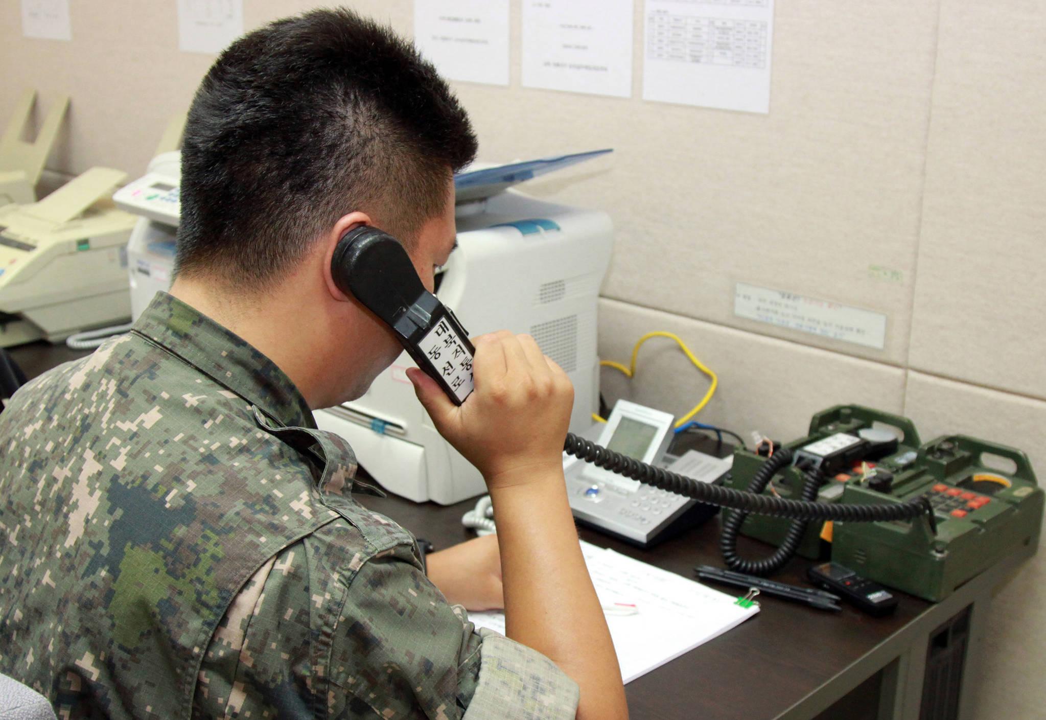 사진은 군 관계자가 북측과 통화하는 모습. [연합뉴스]